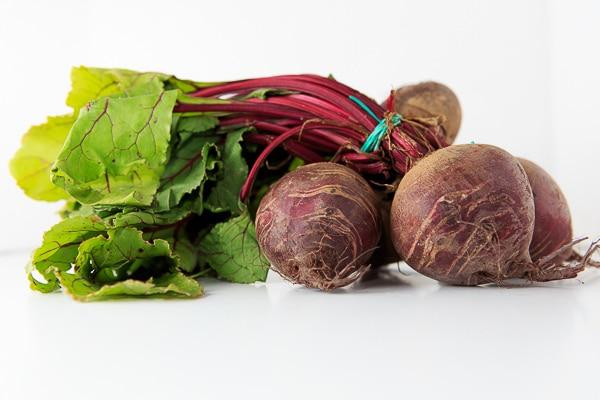 Rote Bete Kraut-Salat mit Zitronen-Kokosblütenzucker-Vinaigrette, Büffel-Mozzarella und luftgetrocknetem Schinken