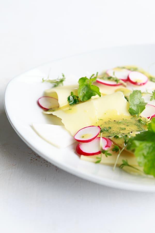 Rettich-Radieschen-Salat mit mariniertem Emmentaler