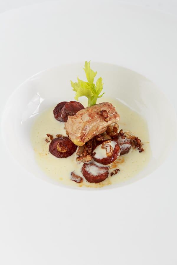 Sot-l'y-laisse (Pfaffenschnittchen) mit Chorizo und Stangensellerie in Beurre Blanc