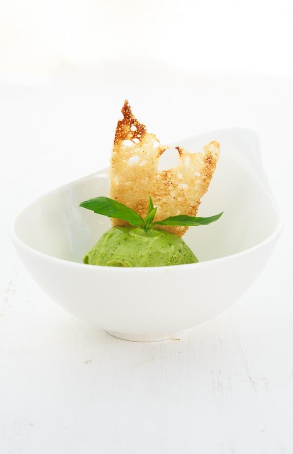 Basilikum-Eis mit Zuckerbrotsegel und Rhabarberkompott