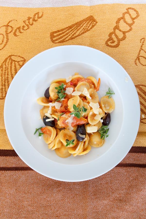 Orichiette mit Tahini-Tomaten-Sauce und Oliven