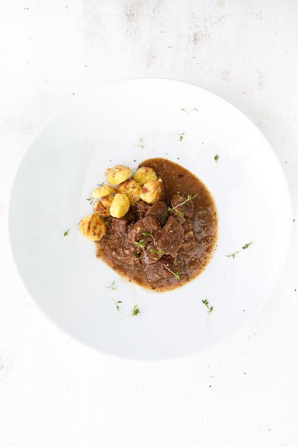 Carbonade Bavaroise mit Brezen-Gnocchi