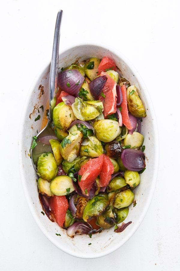Geschmorter Rosenkohl-Salat mit Grapefruit und Koriander
