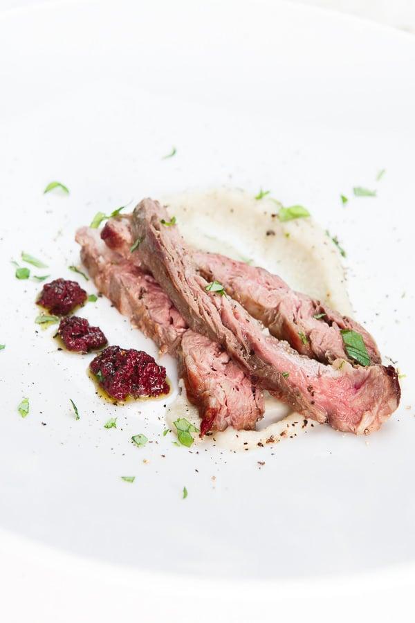 Skirt-Steak sous-vide nach Lucki Maurer mit Topinambur-Püree und Oliven-Tapenade [Rezension]