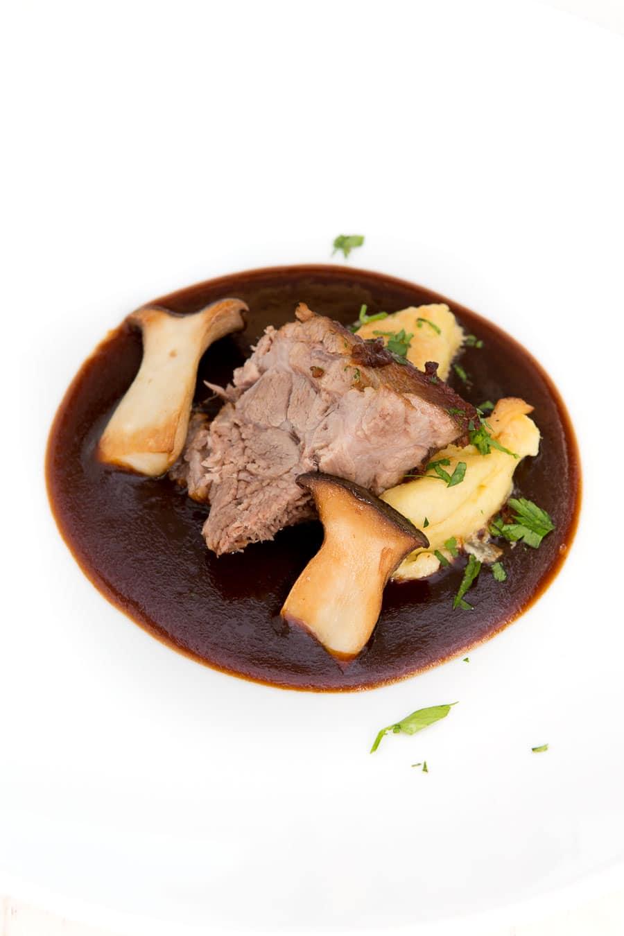 schweinebraten-pariser-gnocchi-pilze-1