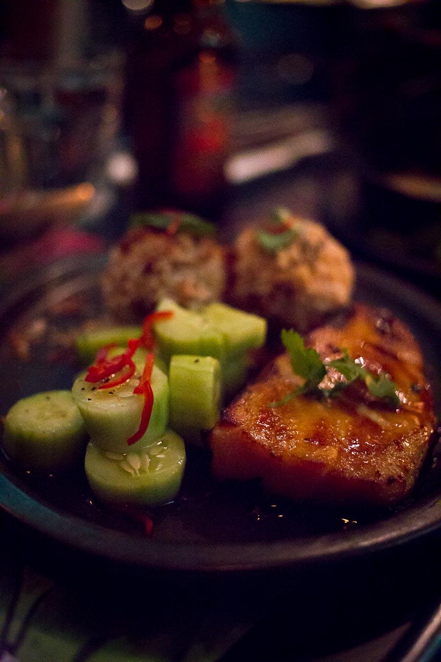 Miso-Kabeljau mit Reisbällchen und Gurkensalat