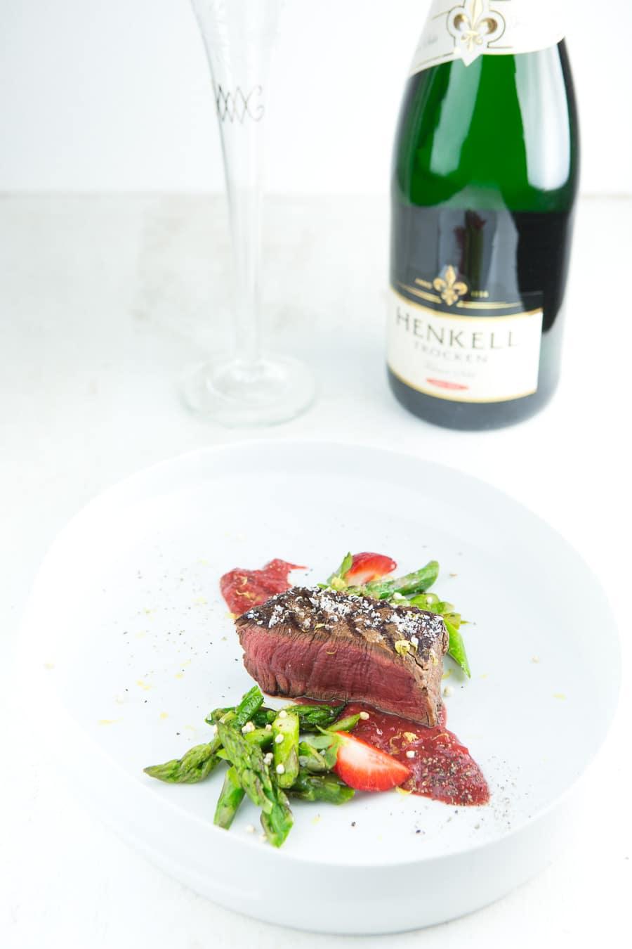 rinderfilet-vom-grill-erdbeersauce-gruener-spargel-2