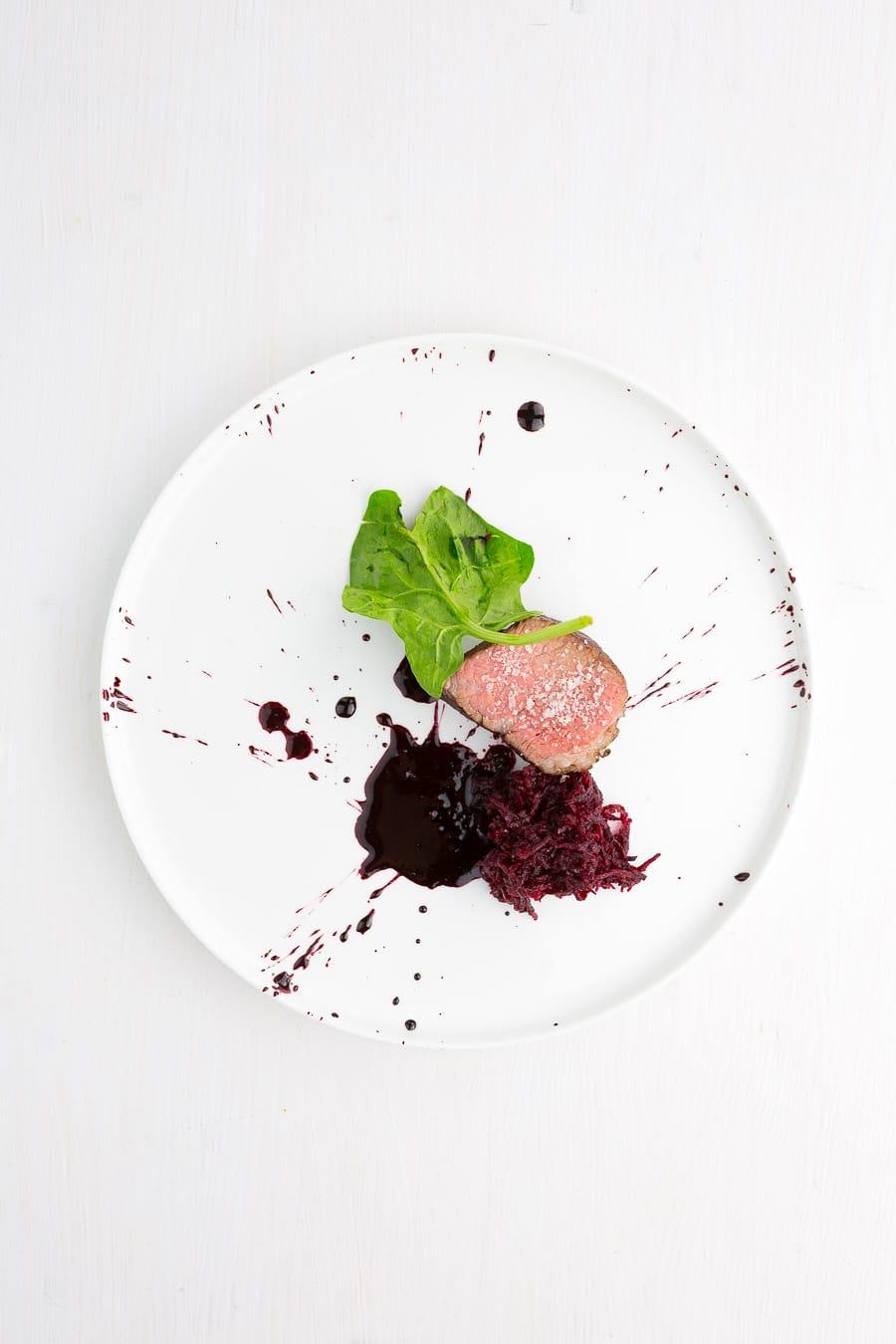Tri-Tip-Steak, gebundener Rote-Bete-Saft, marinierte Rote Bete, Walnüsse