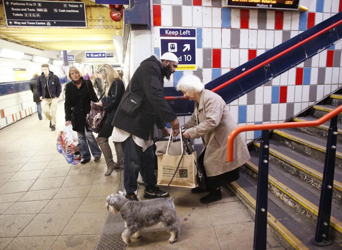 00-muslim-helping-old-lady-in-london-underground