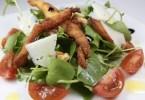 Ensalada de berros con nueces, tomates cherry y pollo crujiente