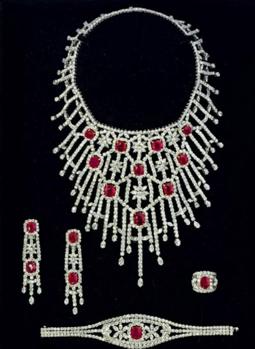 A RUBY AND DIAMOND PARURE BY JAHAN Preparem se, crianças, as mais lindas parures do mundo, em leilão da Christies!