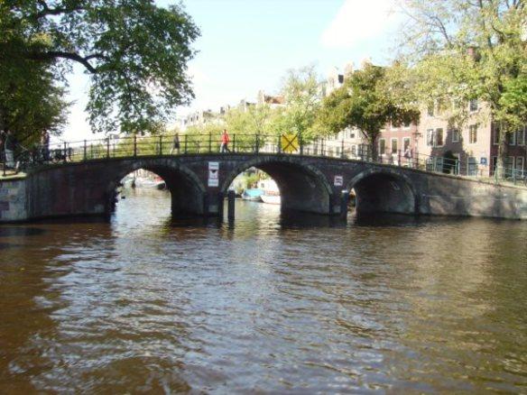 ci 2 Sob as pontes de Amsterdam num lindo dia de outubro