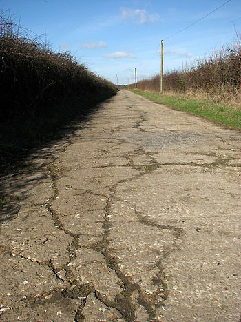 English: Cracks in concrete The surface of thi...