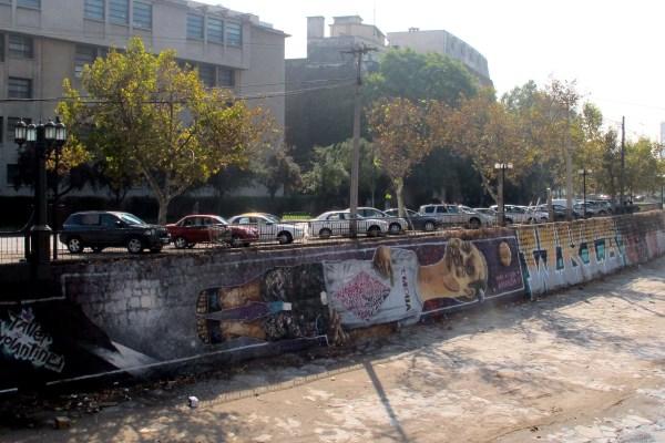 Graffittis bordeando el río Mapocho, en Santiago de Chile
