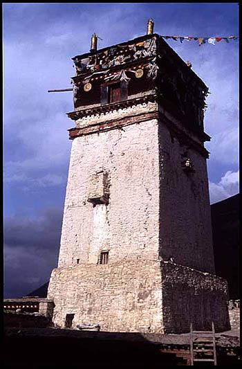 La tour de Marpa, Sekhar Guthok, aujourd'hui monastère © Himalayanart.org