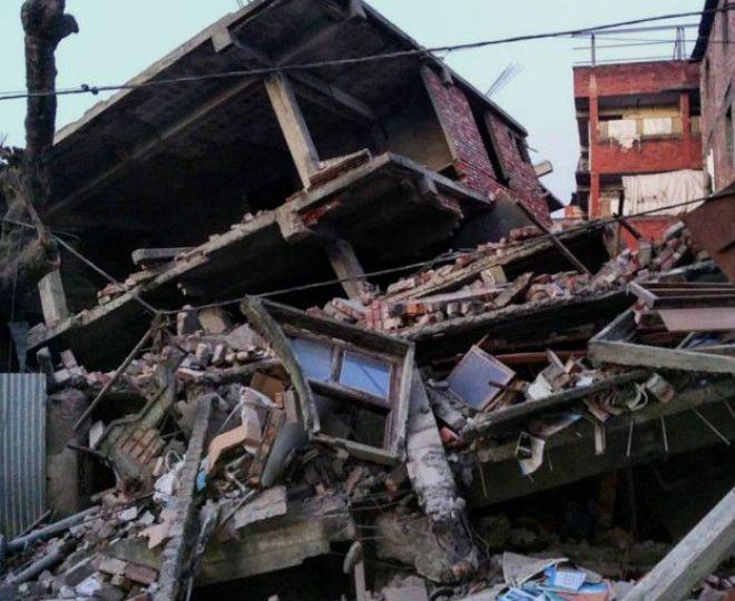 मणिपुर की राजधानी इम्फाल की ये बहुमंज़िला इमारत पूरी तरह धराशाई हो गई है
