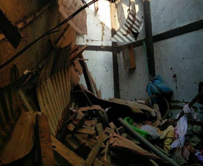 ये भूकंप में गिरे एक घर के अंदर का हिस्सा है.