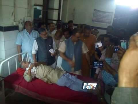 फोटो~सदर अस्पताल में घायलों से मिलते सुशील कुमार मोदी।
