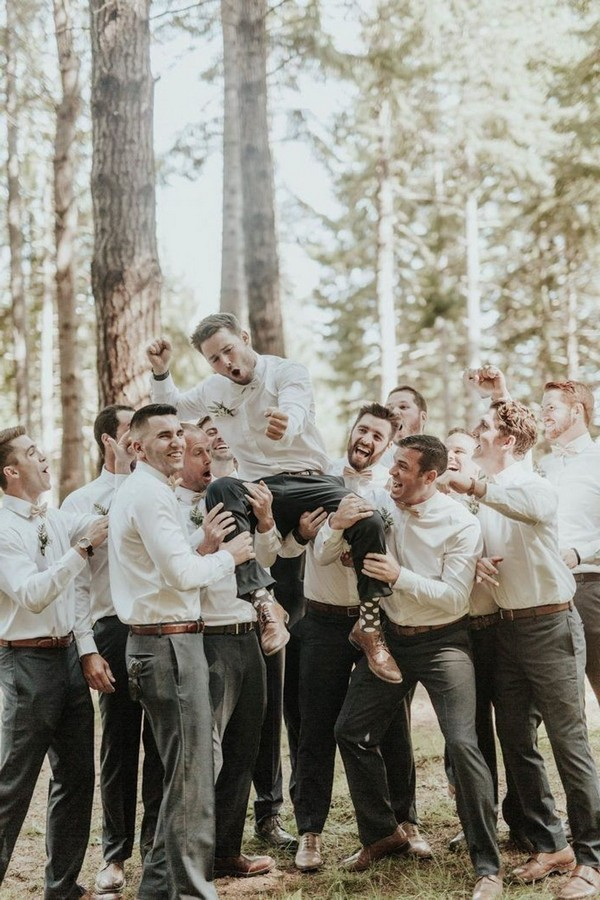fun groomsmen wedding photo ideas3