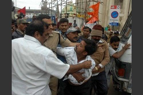 Police manhandling Hindus near Bhagyalakshmi Mandir