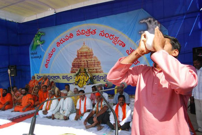 Hindu Garjana Sabha started with the blowing of the conch