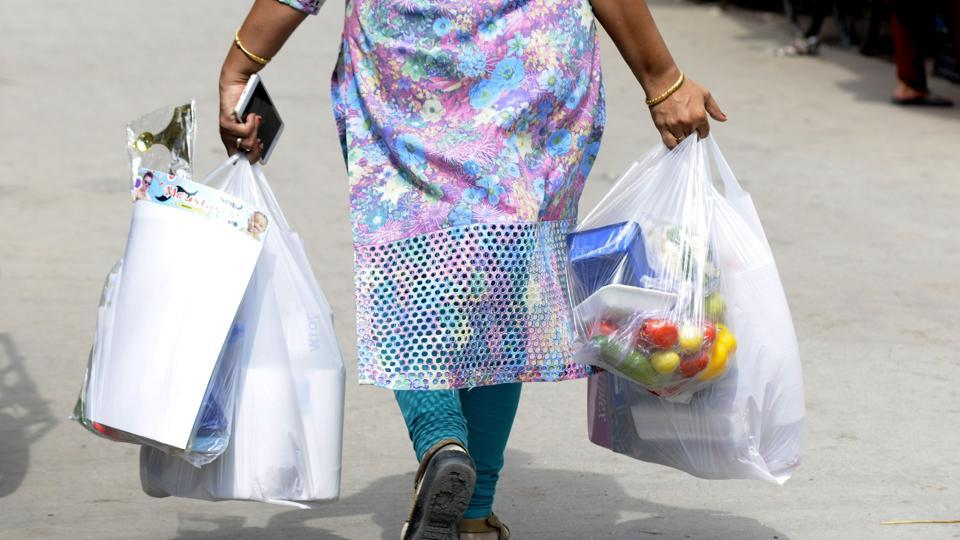 AToxic Links study found that after the initial initiatives in 2012 to ban plastic bags in Delhi, enforcement became lax. Almost 99% of vegetable and fruit vendors and 95% of meat and fish sellers surveyed, continued to use them.