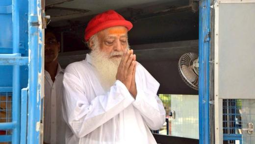 Self-styled spiritual gurul Asaram greets his supporters at a court hearing in 2015.
