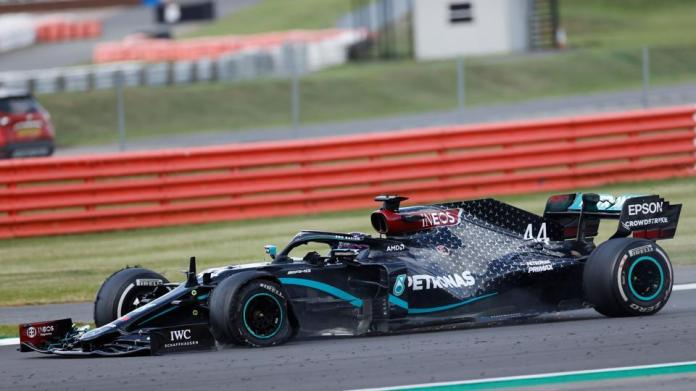 Mercedes' British driver Lewis Hamilton punctures near the finish of the Formula One British Grand Prix at the Silverstone motor racing circuit in Silverstone, central England on August 2, 2020. - Lewis Hamilton wins record seventh British Grand Prix . (Photo by ANDREW BOYERS / POOL / AFP)