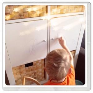 Yuren tekent op de kast