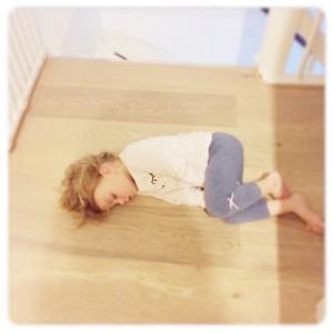 lenthe slaapt op de grond