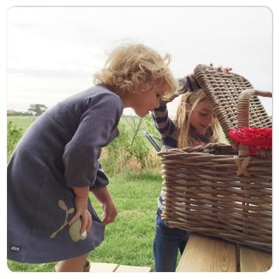 kijken wat er in de picknickmand zit