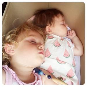 samen in de kinderwagen slapen