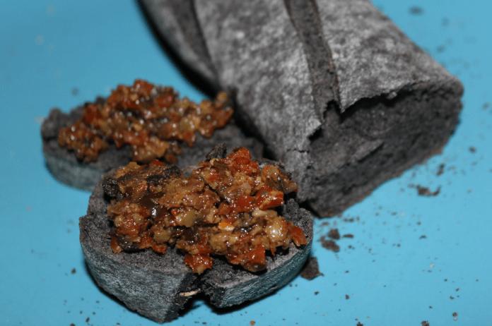 Directlyfrom zwart stokbrood met tapenade
