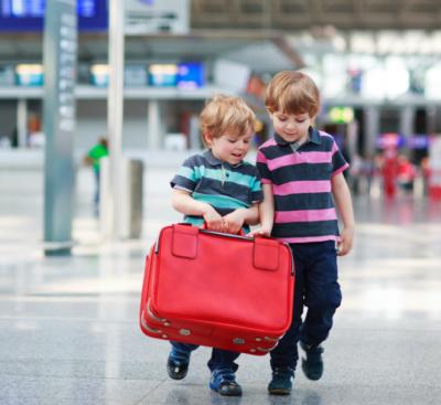 kids-sjouwen-koffer-schiphol