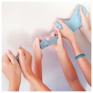 handen met zelfgemaakt slijm