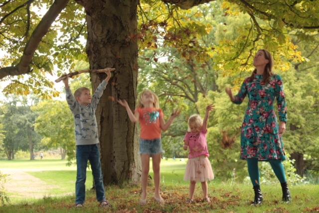 spelen in het bos van Clingendael in de herfst