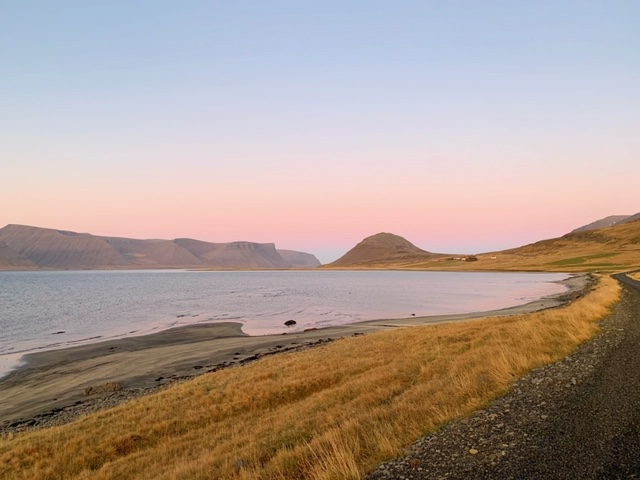 uitzicht westfjorden ijsland roze lucht
