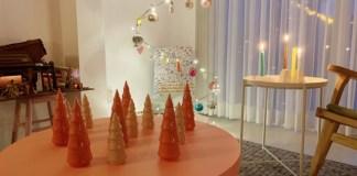 roze kerstbomen kerstsfeer in huis