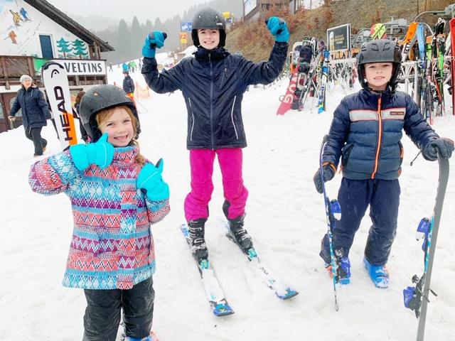 Kinderen trots op skiën