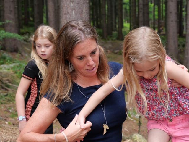 juut met fee helpen in het bos