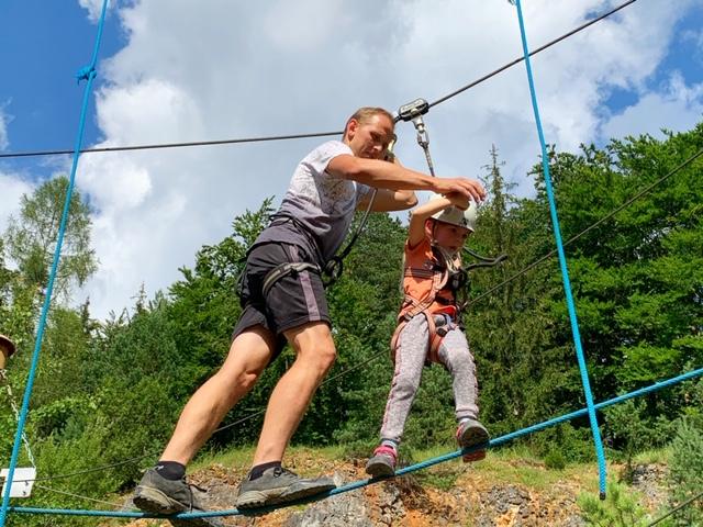 fee wordt geholpen door personeel klimpark