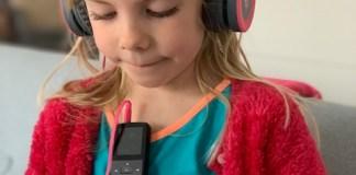 eetje luistert muziek begin april 2021
