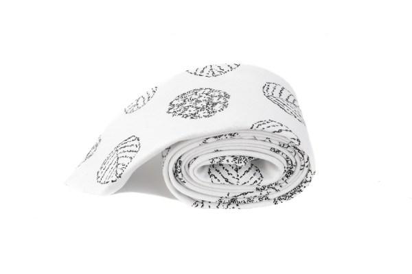 Witte stropdas met rondjes opdruk.