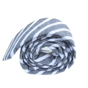 Grijze stropdas met witte lijnen als patroon.