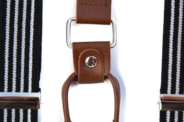 Donkerblauwe bretels met vier witte lijnen en met bruin leren verbindingen.