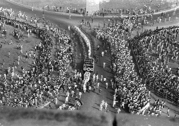 crowd at indira ghandi's funeral