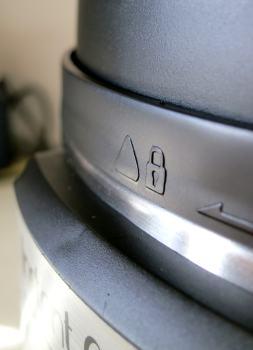 Self-locking lid
