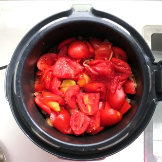Bring the tomatoes to a boil.