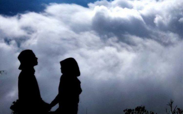 15 Potret Romantis Pasangan Pendaki yang Pamer Kemesraan