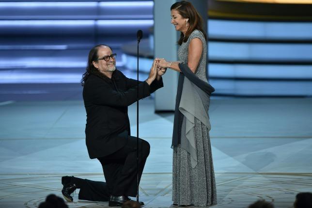 Átvette az Emmy-díját, majd a színpadon megkérte a barátnője kezét